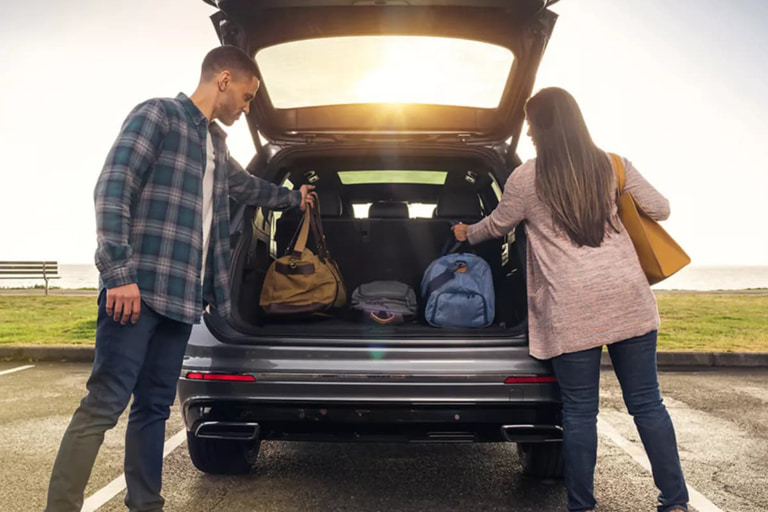 A couple unloading their items from the trunk of their new Volkswagen 2021 Tiguan